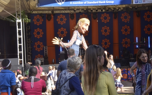 Giant puppets entertain at the Telecel Mainstage